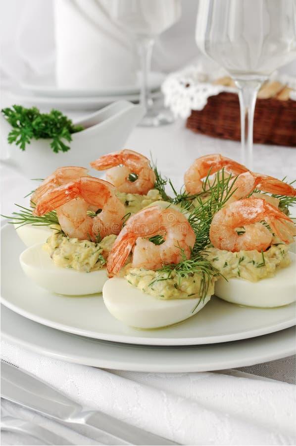 Eieren die met kruidige garnalen worden gevuld royalty-vrije stock afbeelding