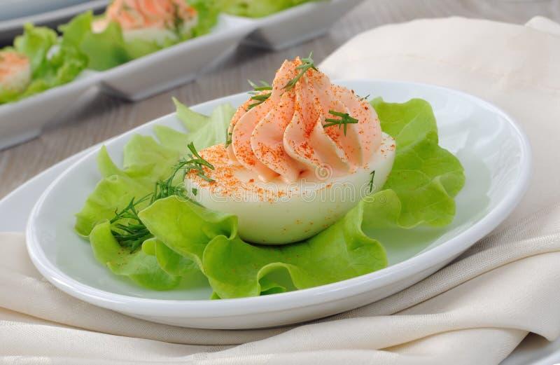 Eieren die met zalmpastei worden gevuld stock foto