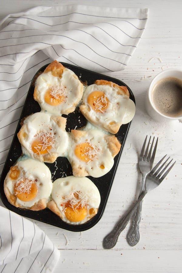 Eieren in een brood worden gebakken dat royalty-vrije stock foto