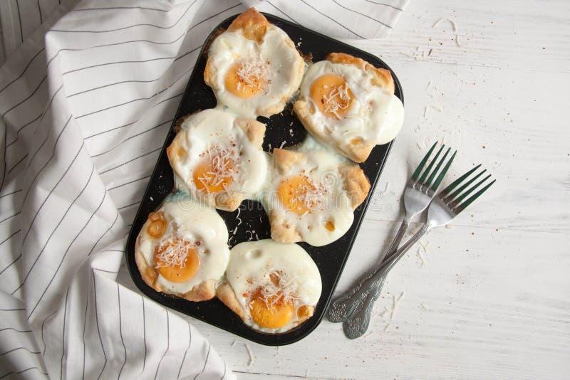 Eieren in een brood worden gebakken dat royalty-vrije stock foto's