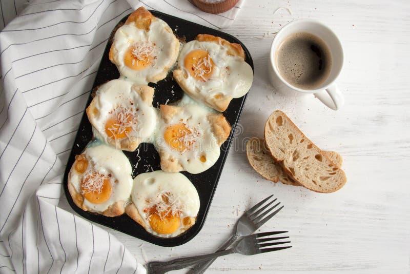 Eieren in een brood worden gebakken dat royalty-vrije stock afbeeldingen