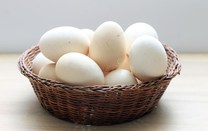 Eieren in een mand stock afbeelding