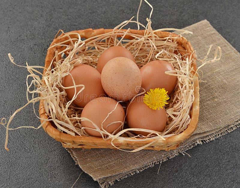 Eieren in een mand op grijze achtergrond royalty-vrije stock foto