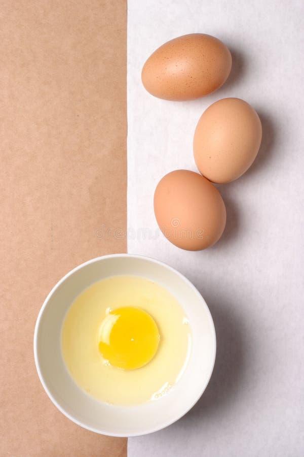 Eieren en pakpapier stock afbeeldingen