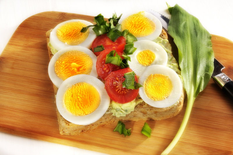 Eieren en tomaten op brood royalty-vrije stock afbeeldingen