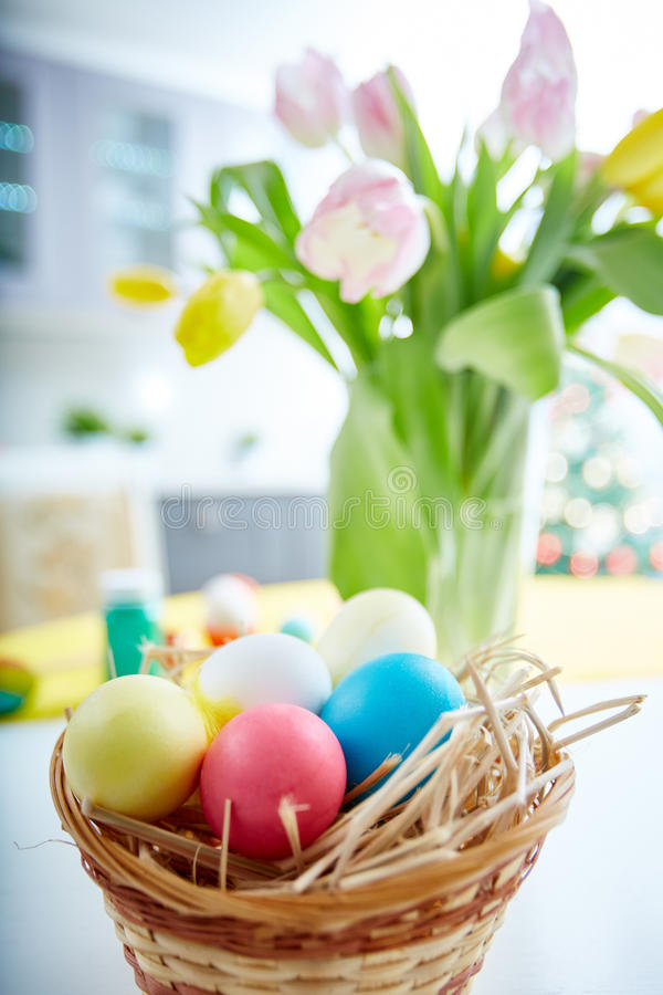 Eieren in mand stock afbeelding