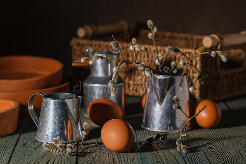 Eieren met bakselpannen Pasen-cakebakproces stock foto