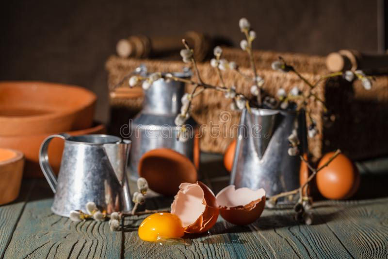 Eieren met bakselpannen Pasen-cakebakproces stock afbeelding