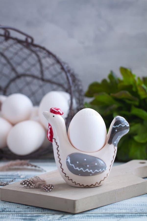 Eieren in met de hand gemaakte kippendienbladen over de houten achtergrond Pasen postcared concept royalty-vrije stock afbeelding
