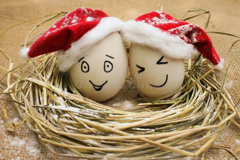 Eieren met personen in het nest voor Kerstmis stock foto