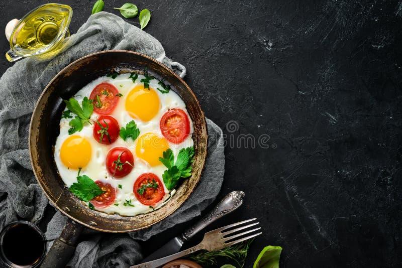Eieren met tomaten en greens royalty-vrije stock afbeelding