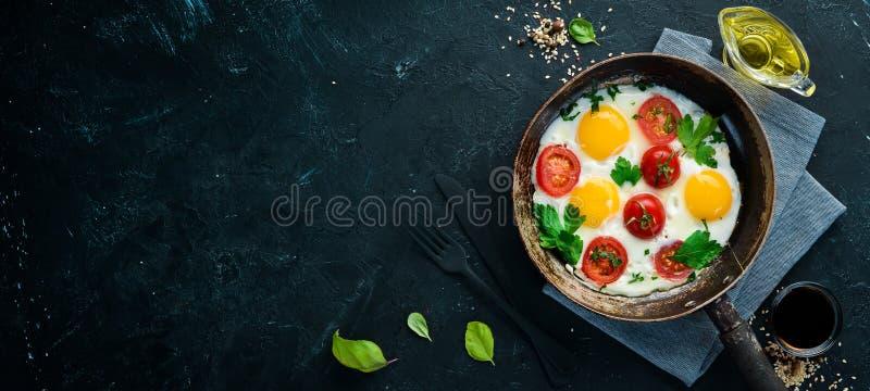 Eieren met tomaten en greens stock foto
