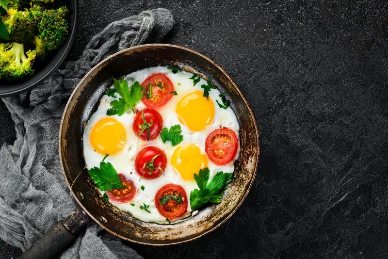 Eieren met tomaten en greens royalty-vrije stock foto's