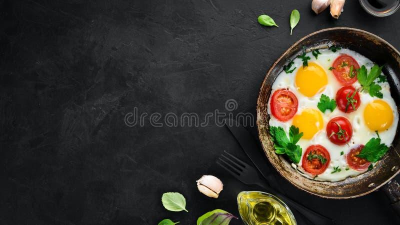 Eieren met tomaten en greens royalty-vrije stock foto
