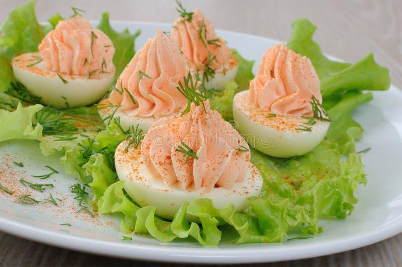 Eieren met zalmpastei worden gevuld in slabladeren dat royalty-vrije stock afbeeldingen