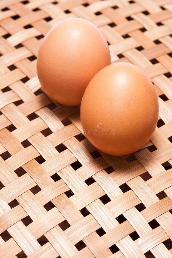 Eieren op bamboemand royalty-vrije stock fotografie