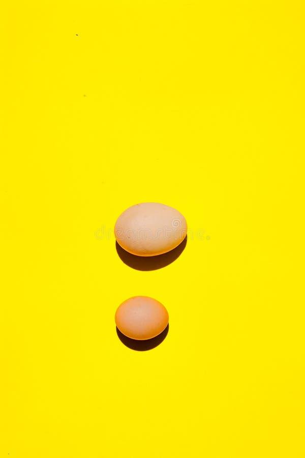 Eieren Eieren op een rij Eieren op een gele achtergrond stock afbeelding