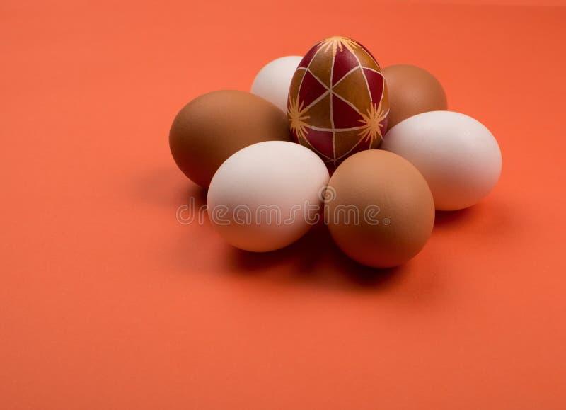 Eieren op een rode achtergrond stock fotografie