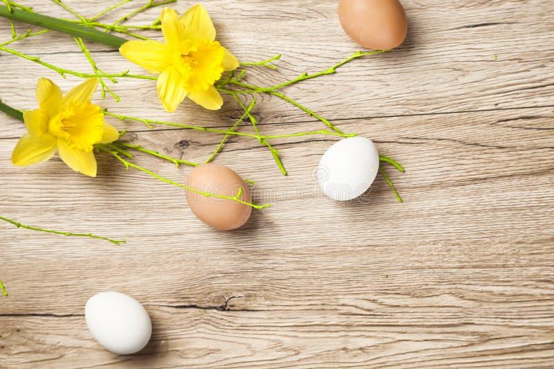 Eieren op oude houten oude rustieke lijst stock foto's