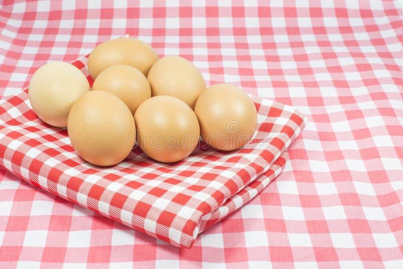 Eieren op roze kleurenplaid en rode kleurenplaid stock afbeeldingen