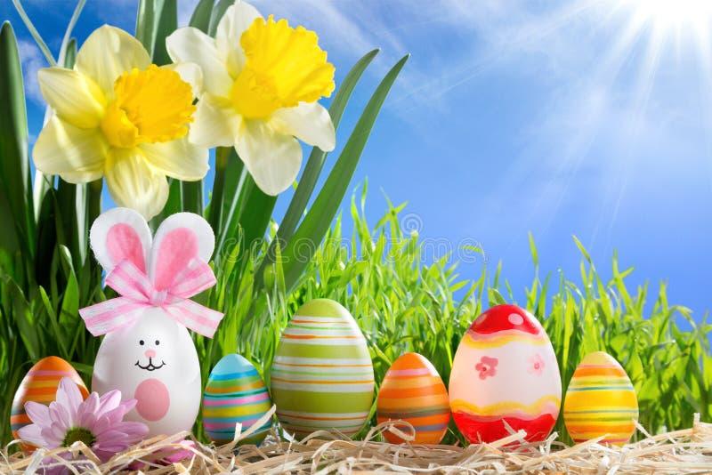 Eieren Pasen in rij op stro stock foto