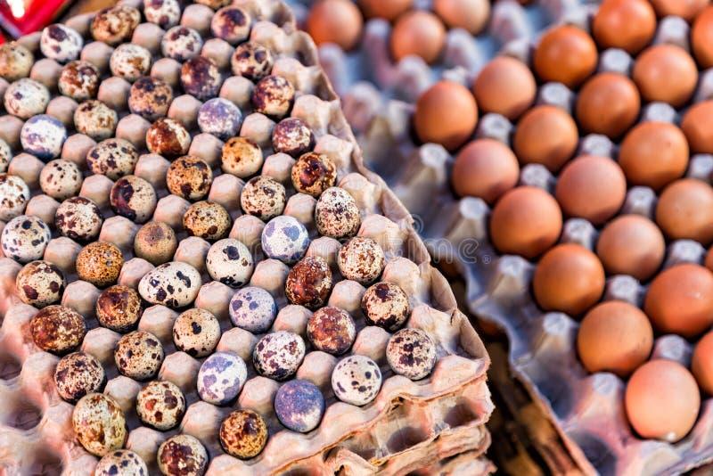 Eieren voor verkoop bij een markt in Maumere stock afbeelding