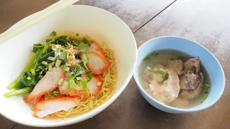 Eiernudel Kantonesischrezepte mit BBQ-Schweinefleisch und Schweinefleisch entbeinen Suppense lizenzfreie stockbilder