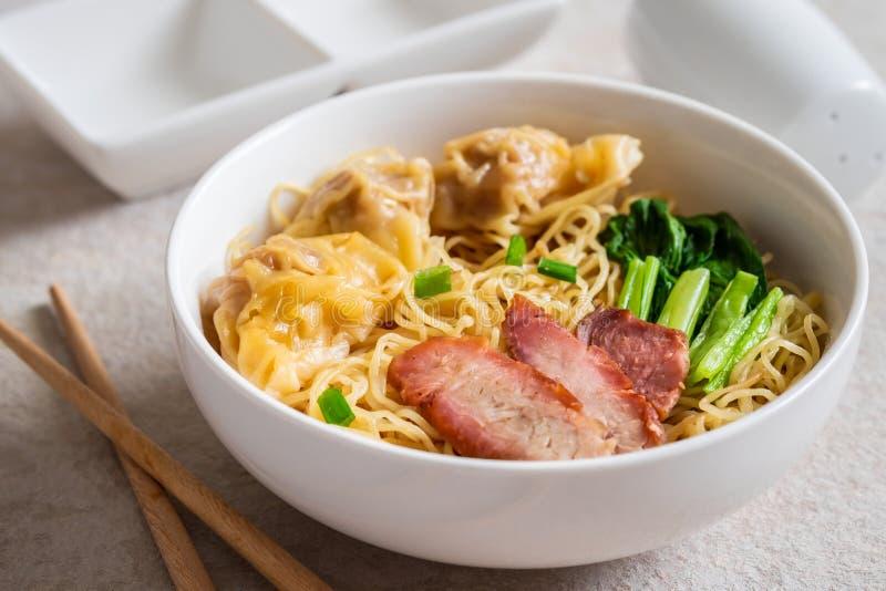 Eiernudel mit Wonton und rotem gebratenem Schweinefleisch, asiatische Nahrungsmittelart lizenzfreie stockbilder