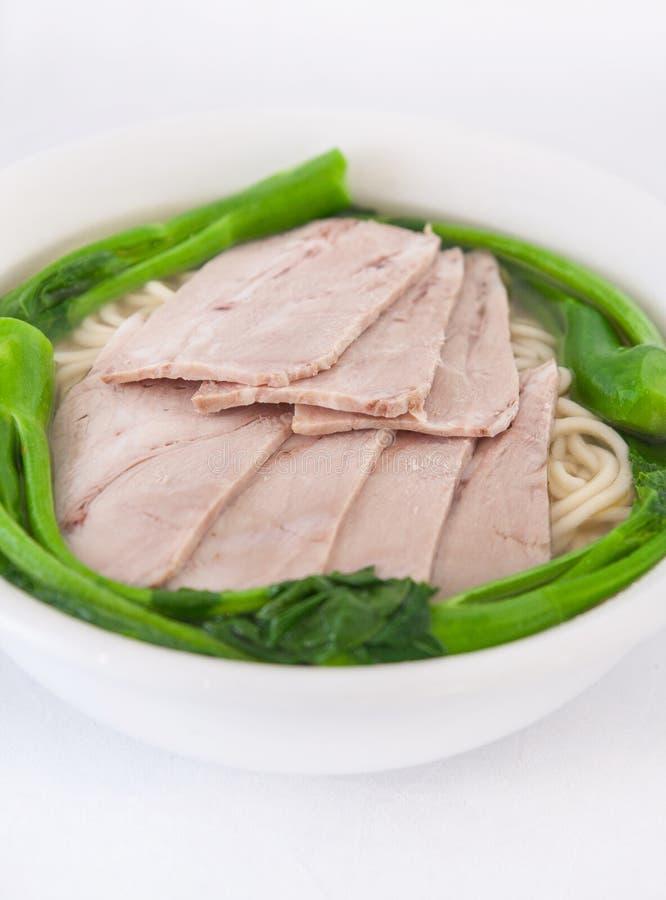 Eiernudelsuppe mit BBQ-Schweinefleisch lizenzfreies stockbild