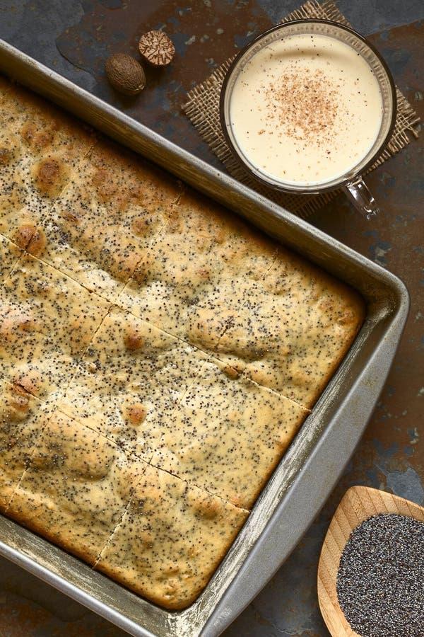 Eierpunch en Poppy Seed Cake stock afbeelding