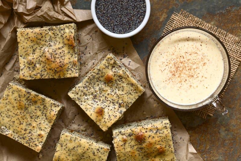 Eierpunch en Poppy Seed Cake stock foto's