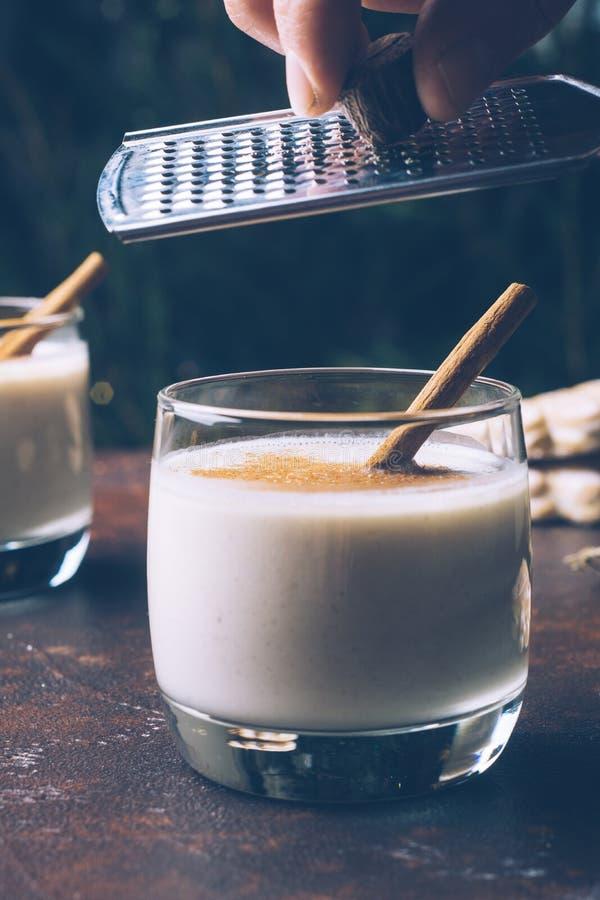 Eierpuncheierdrank, de traditionele drank van de Kerstmiswinter met cinnam royalty-vrije stock foto's