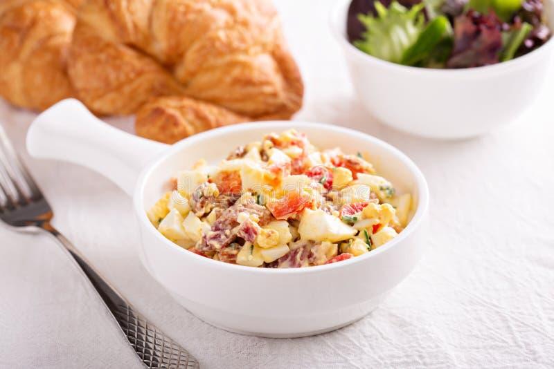 Eiersalat mit Speck, rotem Pfeffer und geräuchertem Paprika stockfotos