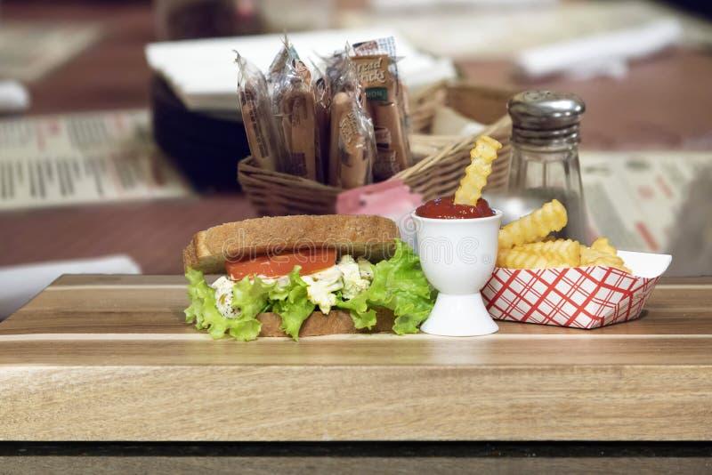 Eiersalat-Sandwich auf Weizen lizenzfreie stockbilder