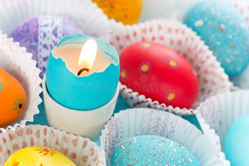 Eierschaal met de hand gemaakte kaars, Pasen-ambacht royalty-vrije stock foto