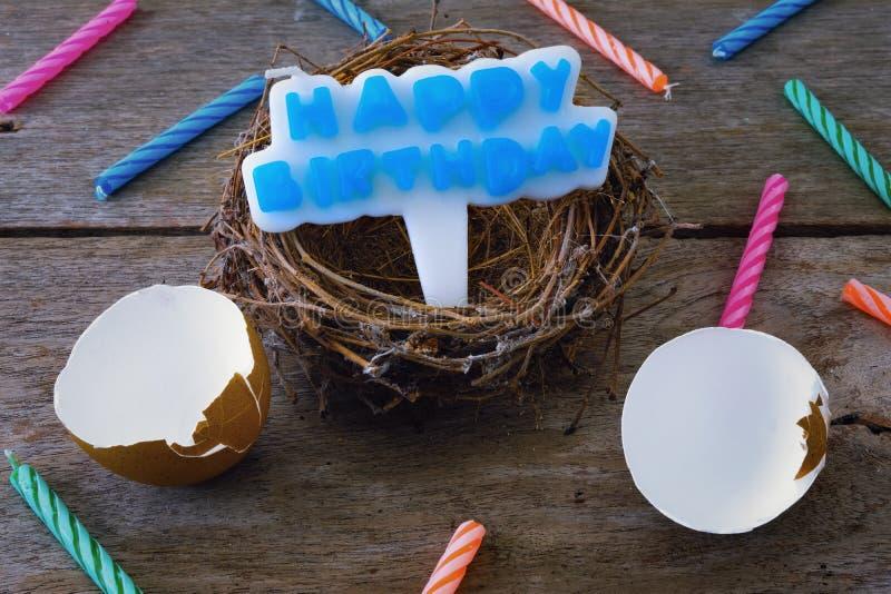 Eierschaal met Nest en Kaars voor Gelukkige Verjaardag Conce stock afbeeldingen