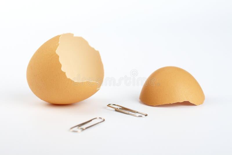 Eierschalen und zwei Klipps stockfoto