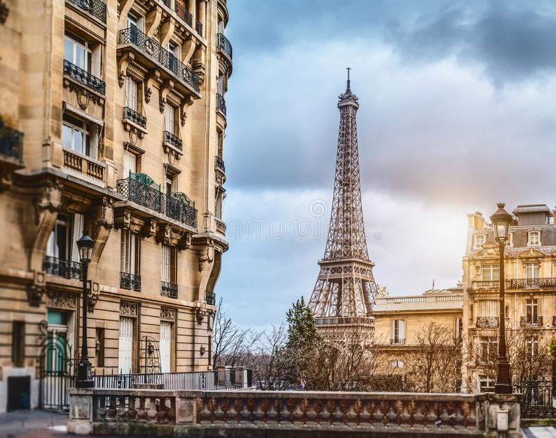 eifel塔在从一条微小的街道的巴黎 库存图片
