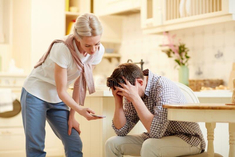 Eifersüchtige Frau, Ihren Ehemann Zufällig Hörend