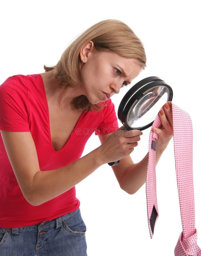 Eifersüchtige Frau in den Recherchebeweisen aufmerksam stockbild
