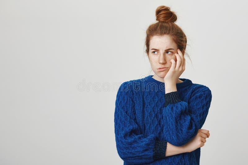 Eifersüchtige Schwester wird beleidigt, die sie nicht erhalten anwesend tat Düstere gestörte Rothaarigestudentin in der Winterstr lizenzfreies stockfoto