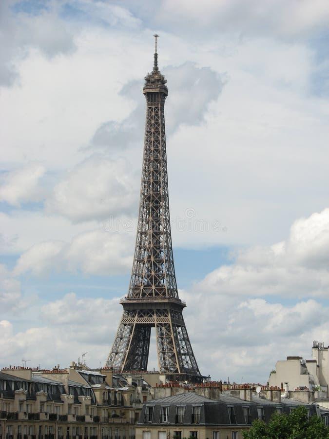 Eiffel über den Dachspitzen lizenzfreie stockfotografie