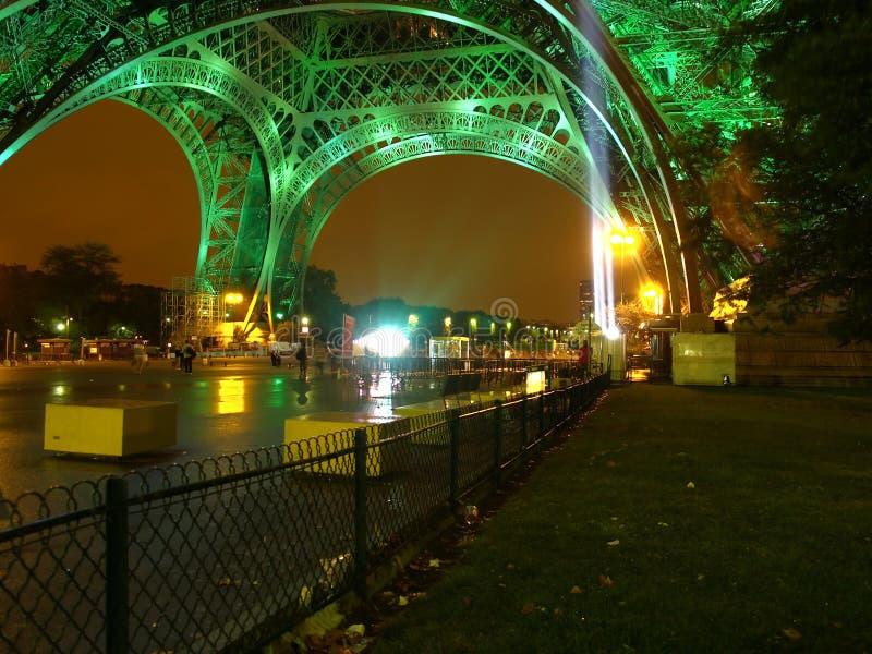 Eiffel en la noche. imagen de archivo