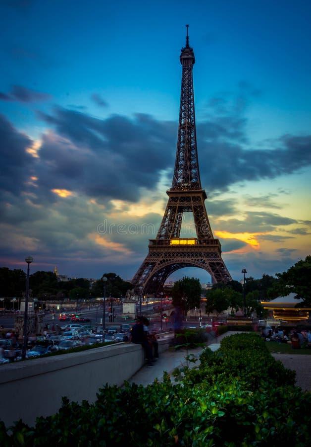 Eiffel en la puesta del sol imagen de archivo libre de regalías