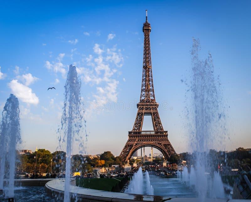 Eiffel står hög den sena eftermiddagen Paris arkivfoton