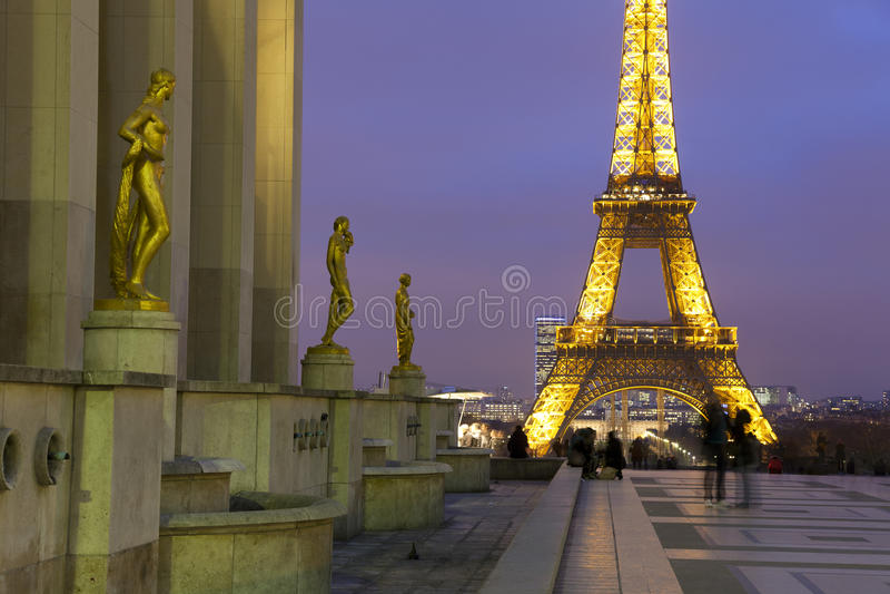 Eiffel står hög från Palaisen de Chaillot, Paris royaltyfri foto