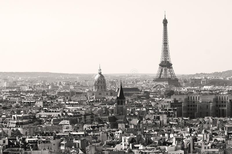 Eiffel står hög i svartvitt, Paris royaltyfria bilder