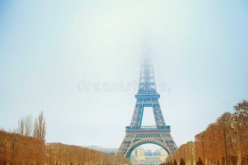 Eiffel står hög i vinter royaltyfri fotografi