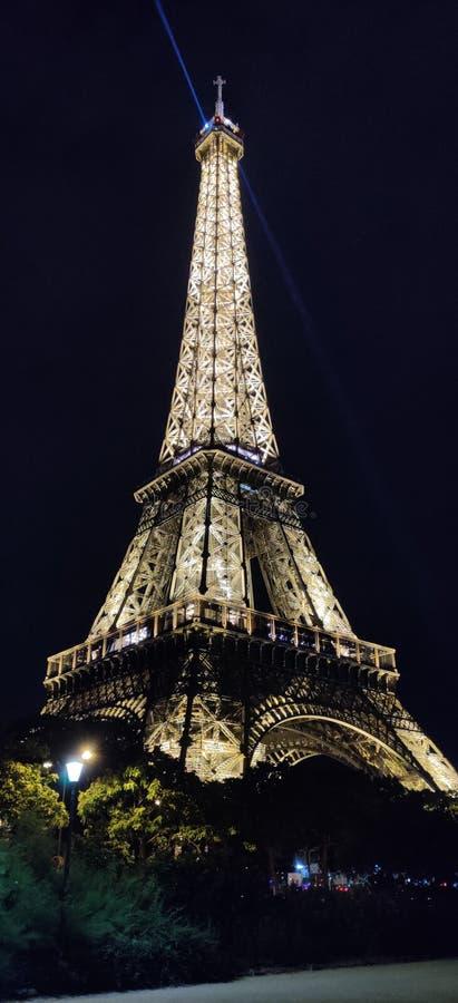 Eiffel st?r h?g i Paris p? natten arkivfoton