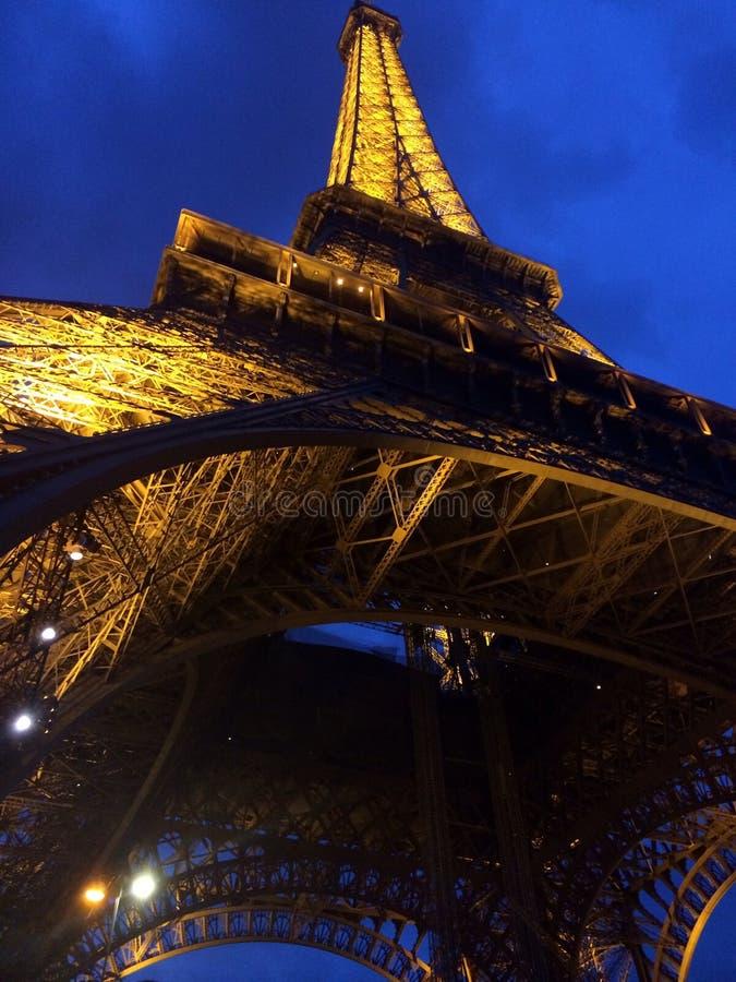 Eiffel torn från underkanten arkivbild